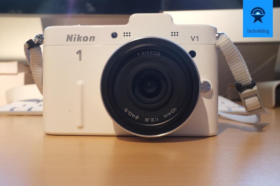 Nikon V1 - schönes, gewichtiges Gehäuse und in schwarz und weiss erhältlich