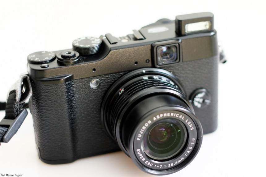 Fujifilm Finepix X10 mit ausgefahrenem Objektiv