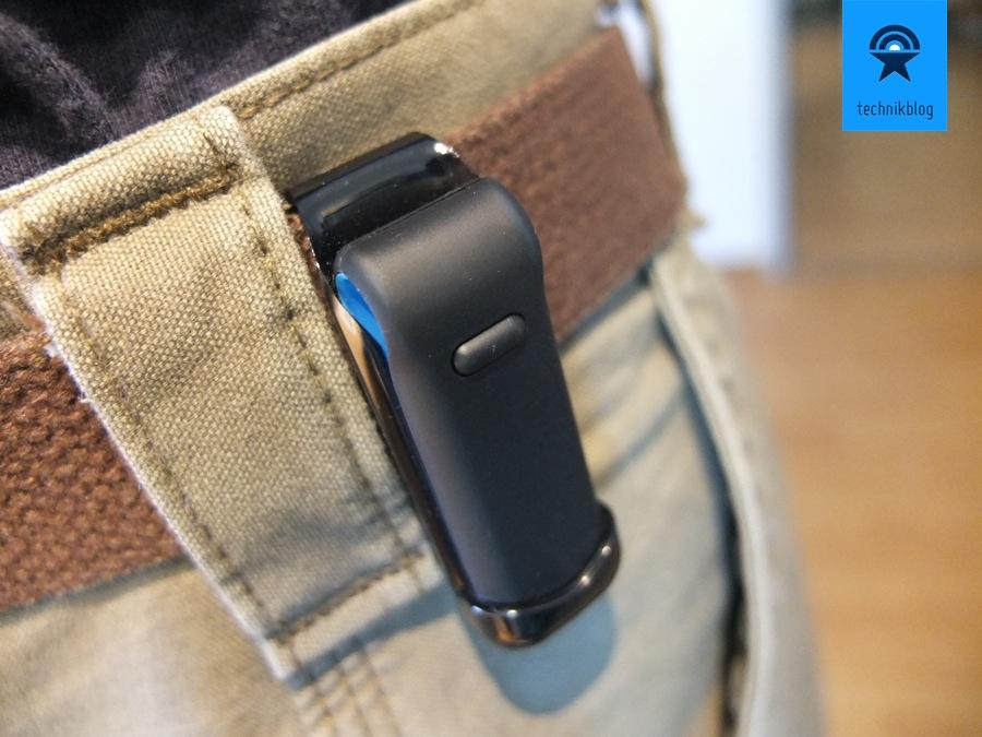 Der FitBit Ultra Tracker lässt sich dank Clip einfach am Gürtel tragen