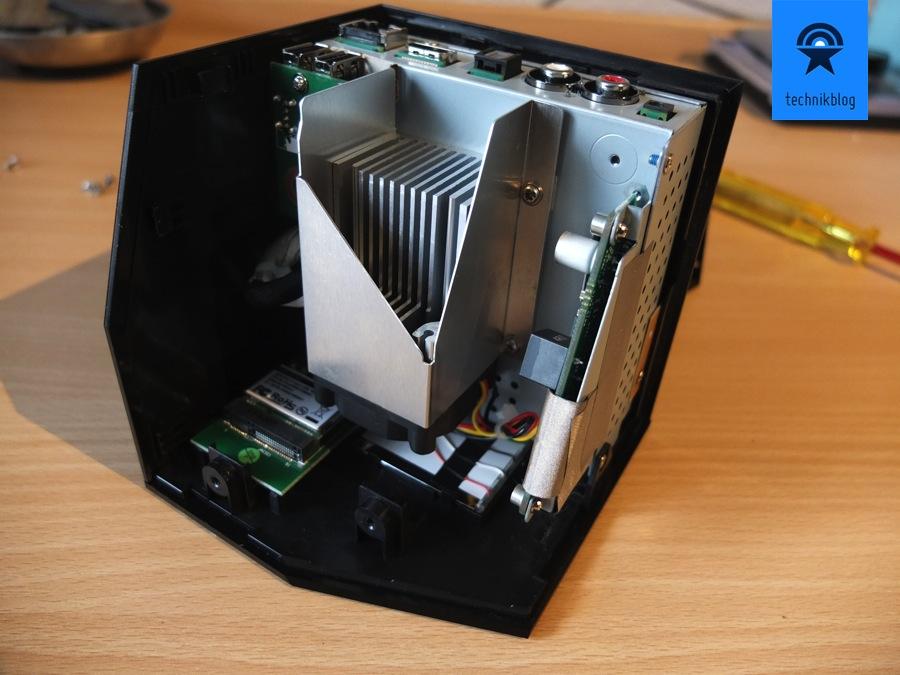 Die Boxee Box lässt sich jetzt einfach öffnen, unter dem mittigen Kühlkörper befindet sich der Lüfter