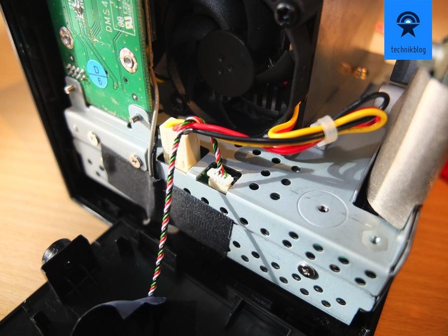 Die seitliche Abdeckung kann entfernt werden, dazu den rechten Stecker ausziehen