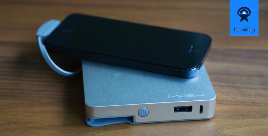 MiPow Power Cube mit Lightning Stecker lädt gerade mein iPhone 5