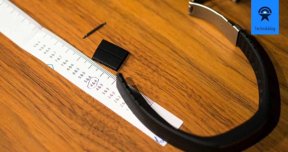 Als erstes muss der Polar Loop zugeschnitten werden, damit er ans Handgelenk passt