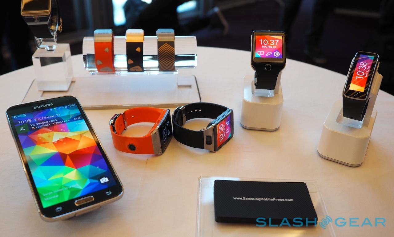 So stellt sich Samsung die Gear Devices vor - nur mit einem Galaxy Smartphone gekoppelt - Foto (c)slashgear.com
