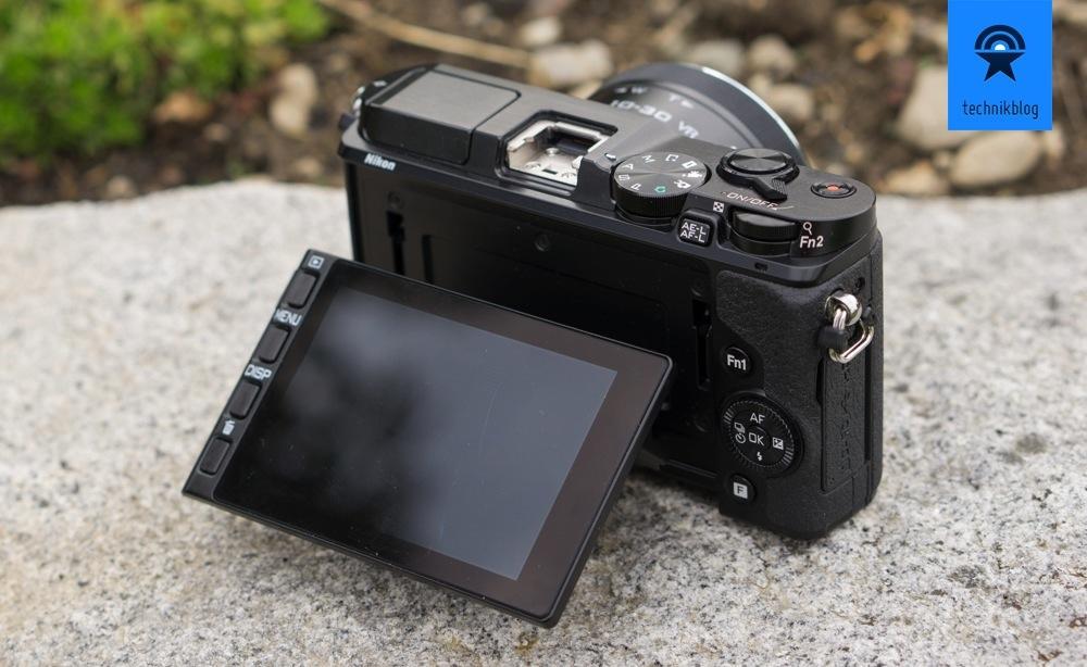 Nikon 1 V3 mit dem klappbaren Display und sinnvollen Bedienelementen