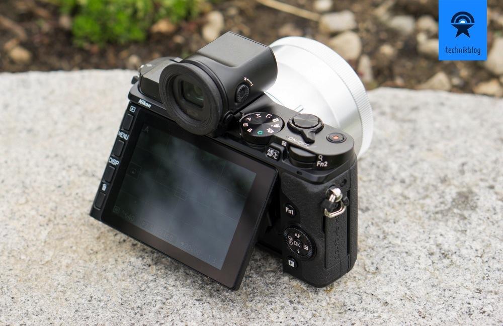 Nikon 1 V3 mit dem optionalen, elektrischen Viewfinder.