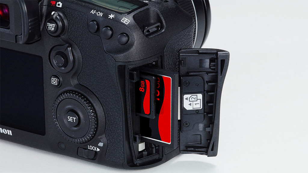 Canon EOS 7D-Mark II kommt mit zweifachen Kartenschacht.