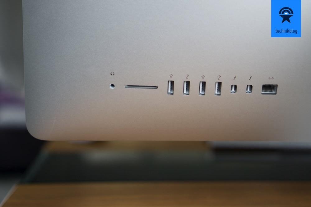 Die Anschlüsse am iMac befinden sich rechts hinter dem Bildschirm, auf der Rückseite.