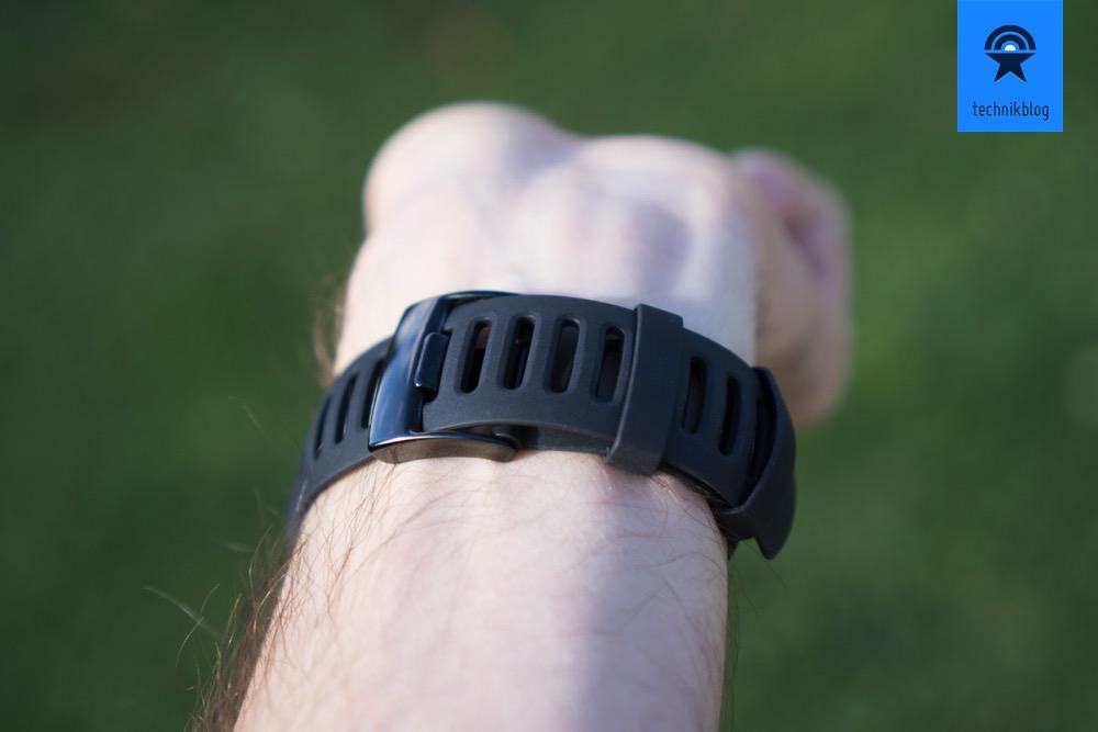 Die Ambit3 Sport ist angenehm zu tragen, praktisch sind die zwei Schlaufen für das Armband.