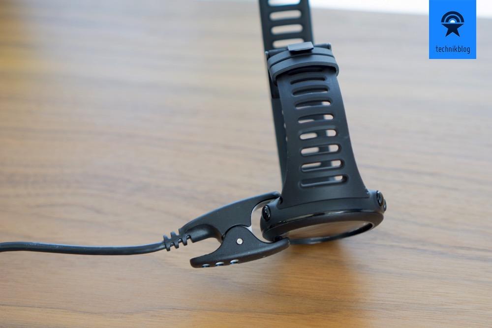 Die Ambit3 S wird mit einem speziellen USB Kabel geladen und mit Firmware-Updates versorgt.