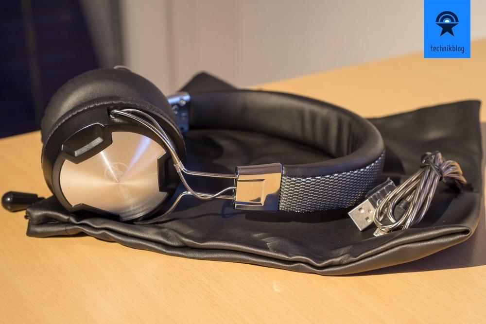 Im Lieferumfang des Arctic Kopfhörers liegt ein USB Kabel und eine Hülle für den Transport bei.