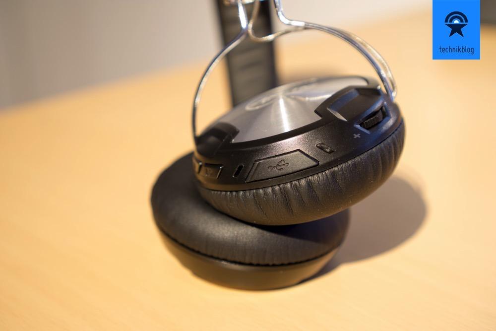 Rudimentäre Bedienelemente und USB-Buchse zum Aufladen.