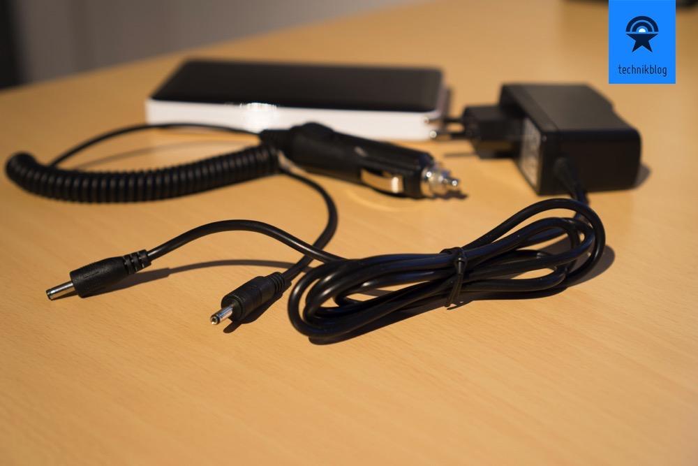 Geladen wird über Netzgerät oder Zigarettenanzünder im Auto.