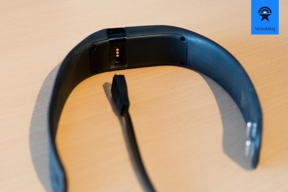 Geladen wird das Charge über ein mitgeliefertes USB Kabel an der Unterseite