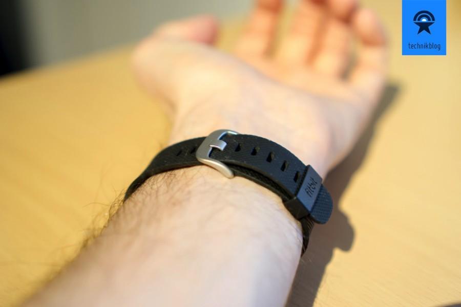 """Das Charge HR hat einen typischen """"Uhrenverschluss"""" im Vergleich zum Charge."""