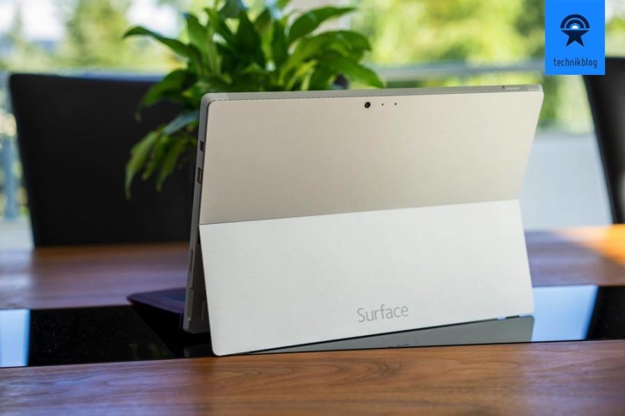 Der Klappständer des Surface 3 lässt sich im Winkel fast beliebig verstellen.
