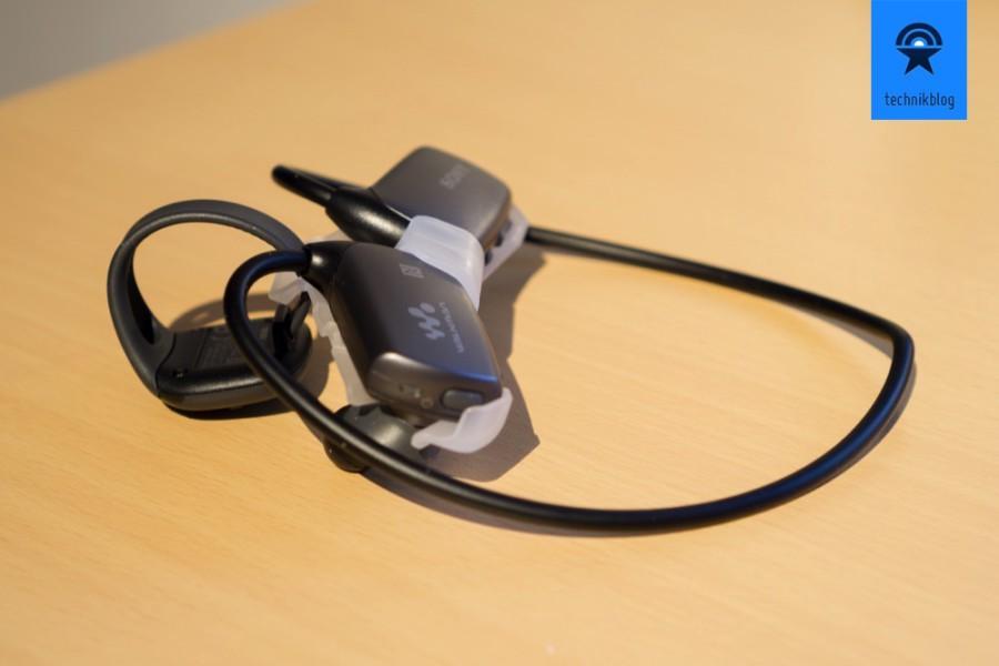 Sony NWZ-WS613 in der Halterung für den Transport.