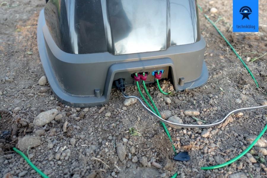 Kabel an der Ladestation des Automower anschliessen.