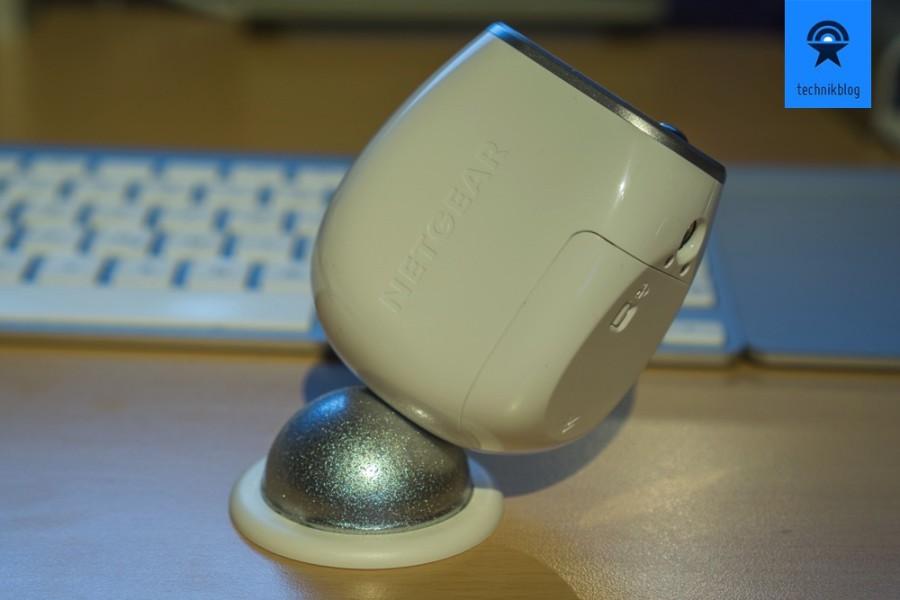 DIe Kamera hält magnetisch auf einem metallenen Halbkreis