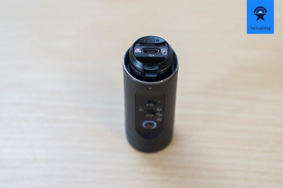 HX-A1: MicroUSB Anschluss um den Akku zu laden und microSD Slot für den Speicher.