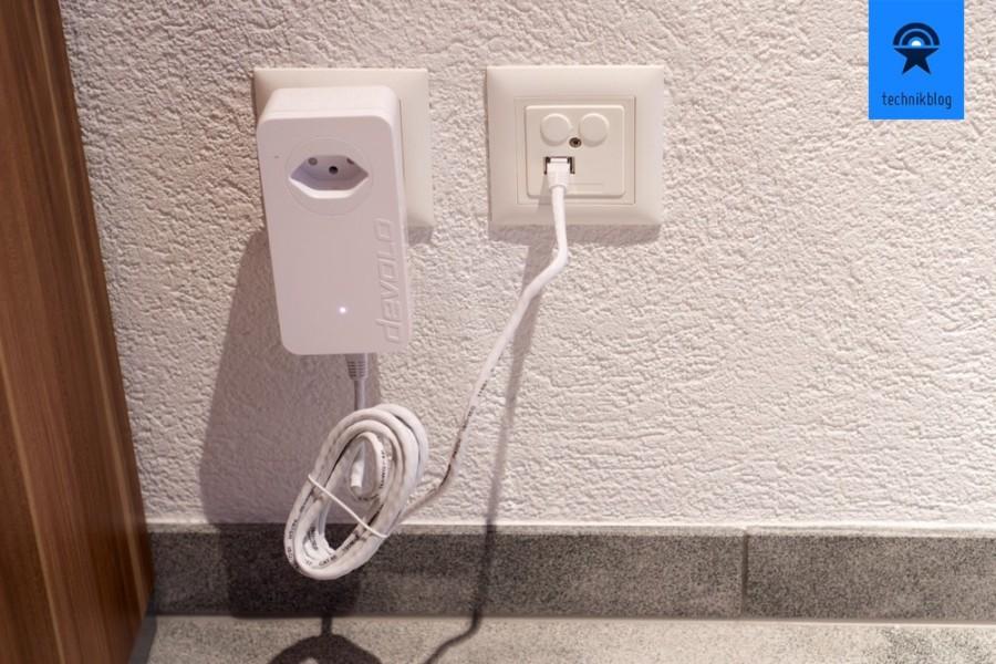 dLan Powerline Adapter einstecken und mit Netzwerk verbinden - Steckdose kann trotzdem genutzt werden.