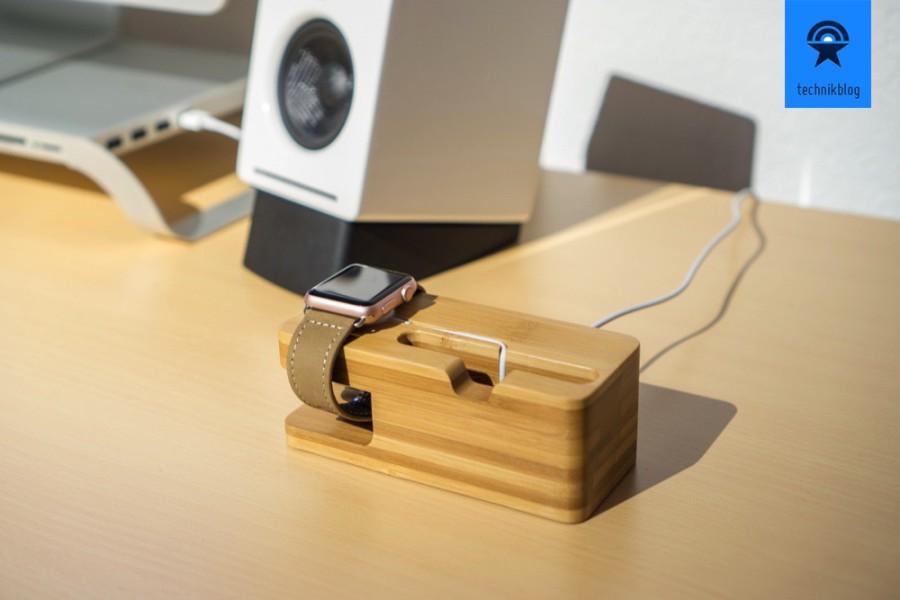 Lederarmband und Ladestation aus Holz