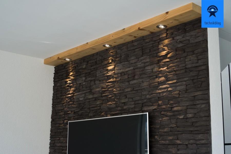 Meine TV-Wand in Steinoptik mit Beleuchtung in einem alten Holzbalken