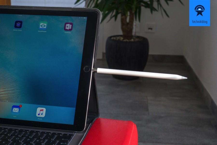 Der Apple Pencil wird über die Lightning Buchse des iPad Pro geladen.